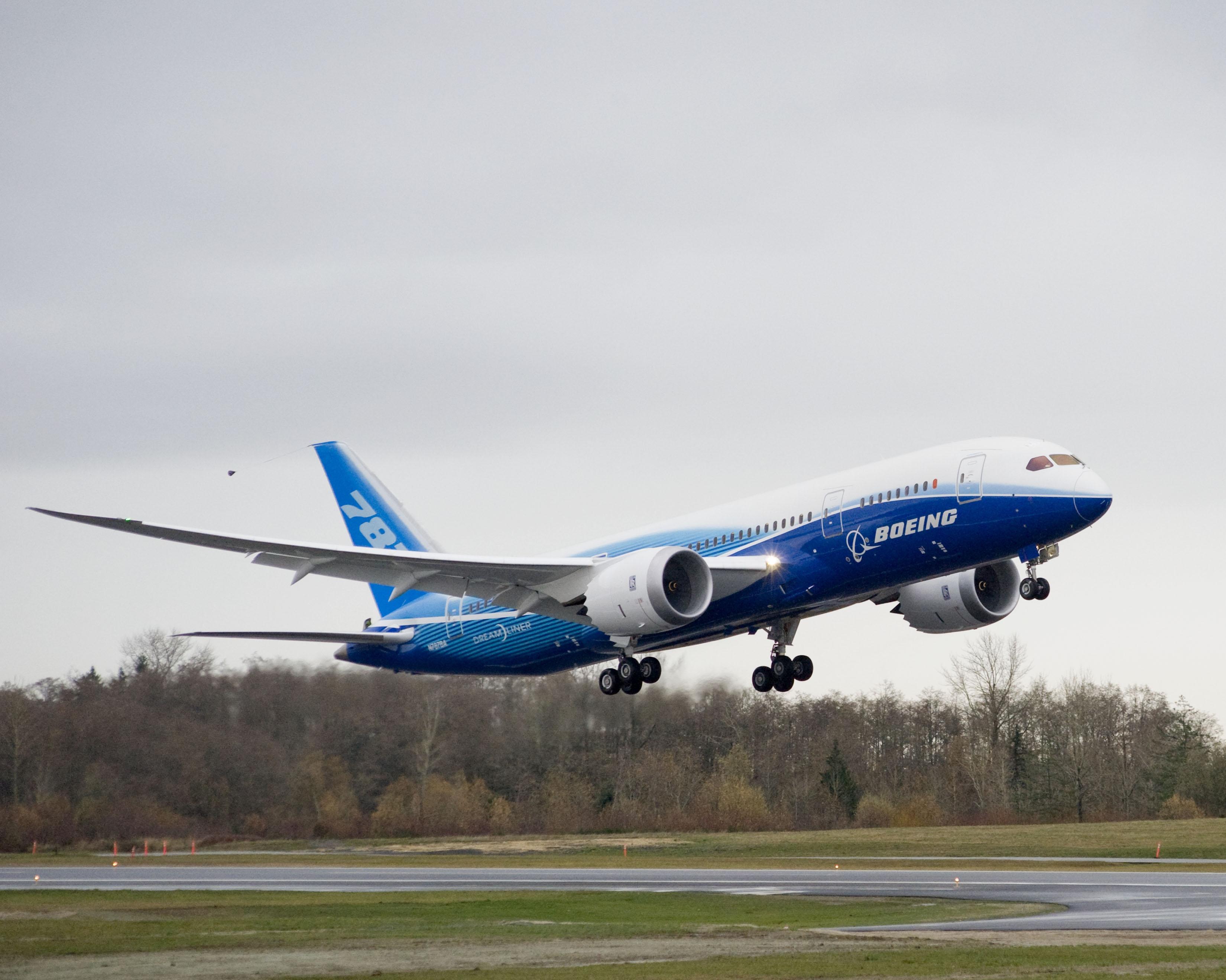 boeing dreamliner Boeing 787 «dreamliner» er et tomotors, mellomstort bredbuks, langdistansefly som er utviklet ved boeing commercial airplanes (bca) flyet tar mellom 210 og 310.