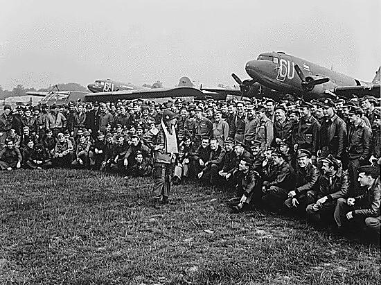 """قوات الاقتحام الجوي (الفرقة """"101"""" اقتحام جوي) 101st_airborne_on_d-day_-1"""
