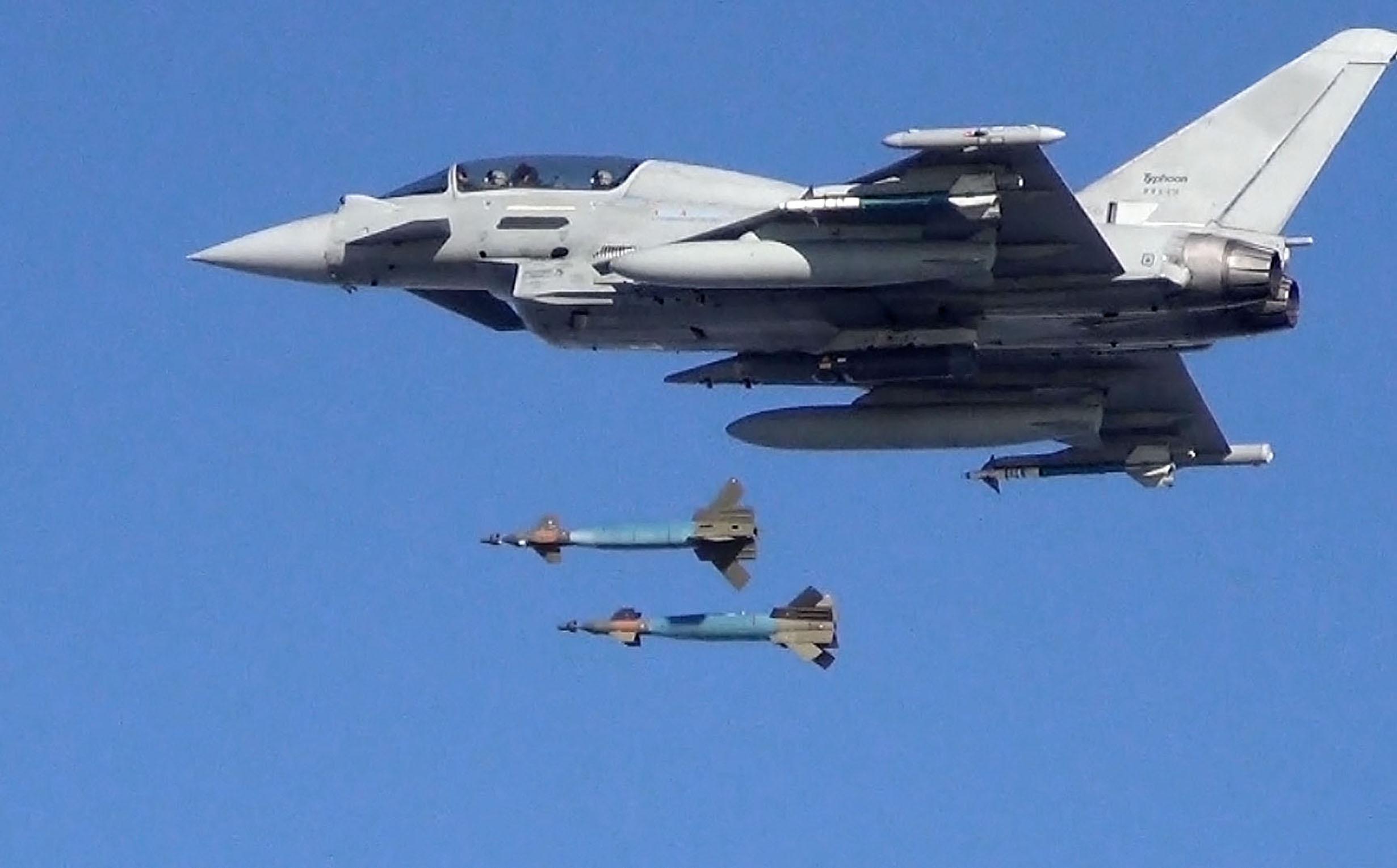 Emports, armements, équipements - Page 5 Typhoon-dual-bomb-drop