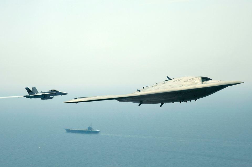 Drones (non issus d'aéronefs pilotés) X47B-with-Hornet