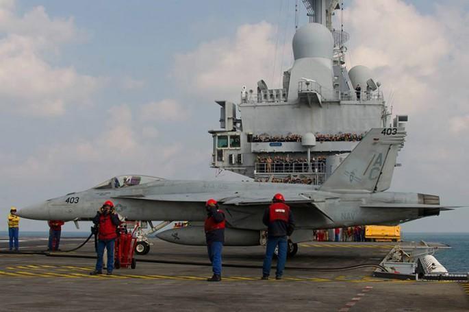 Rafale y Super Hornet intercambian portaviones en ejercicios F-18-on-De-Gaulle-685x455