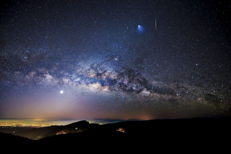 2012: le 07/08 à 23h30 - observation peu banaleLumière étrange dans le ciel  -  Ovnis à 44.292585, 3.840566 - Lozère (dép.48) Rocketmeteorsky