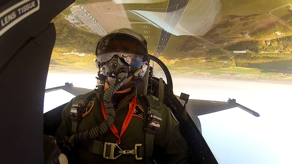 http://theaviationist.com/2014/04/19/dutch-demo-inverted-selfie/