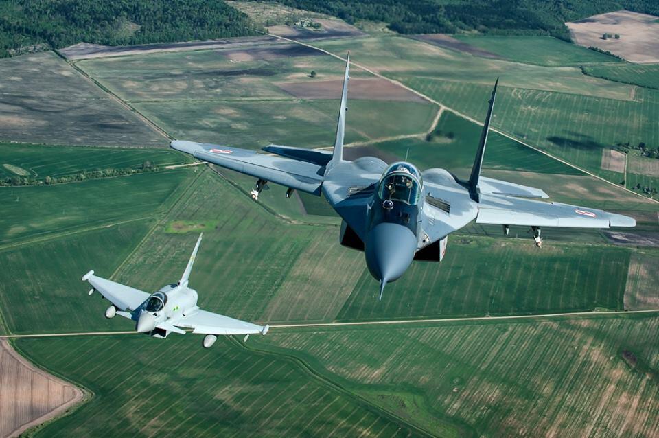 [Imagen: Mig-29-and-Typhoon.jpg]