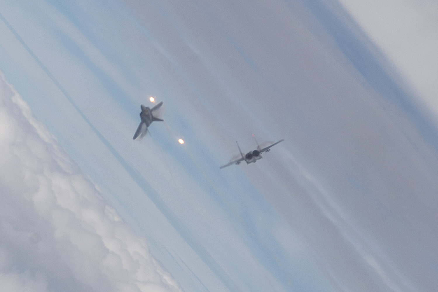 Impressive photo shows F-22 stealth jet dogfighting against F-15 at