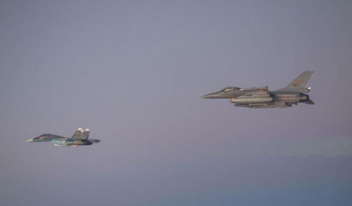 Intercepción Aérea F-16-escorts-Su-34