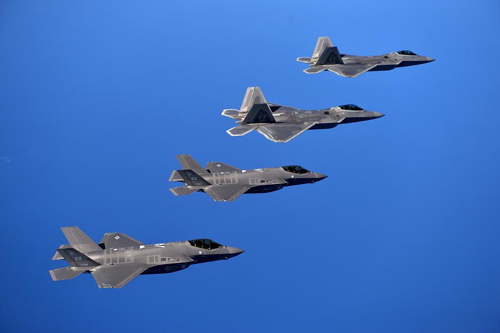 Resultado de imagem para f-22 vs f-35