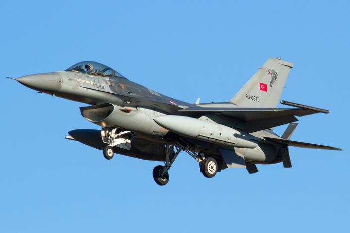 Turkish AF F-16 landing
