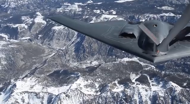 the aviationist watch a b 2 spirit bomber refuel and then rotate dorsal fuel receptacle to. Black Bedroom Furniture Sets. Home Design Ideas