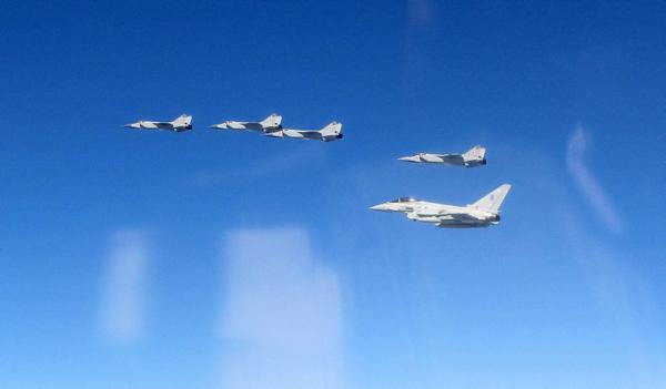 [Imagen: Typhoon-escorts-Mig-31.jpg]