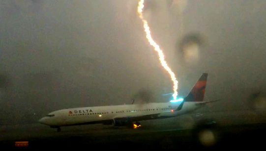 Crazy video shows Delta Boeing 737 hit by lightning strike : hit by lightning - azcodes.com