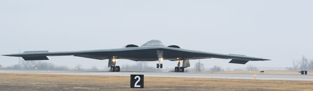 https://theaviationist.com/wp-content/uploads/2017/01/B-2-landing-back.jpg