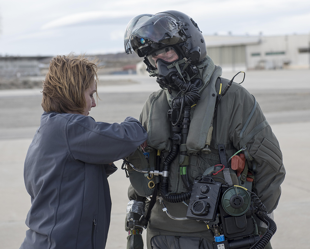Here is how F-35 pilots would dress in case of chemical and biological war 660a7a501e4