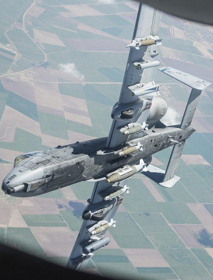 الوداع المؤجل - A-10 Thunderbolt II - صفحة 3 A-10-departing-tanker-706x927