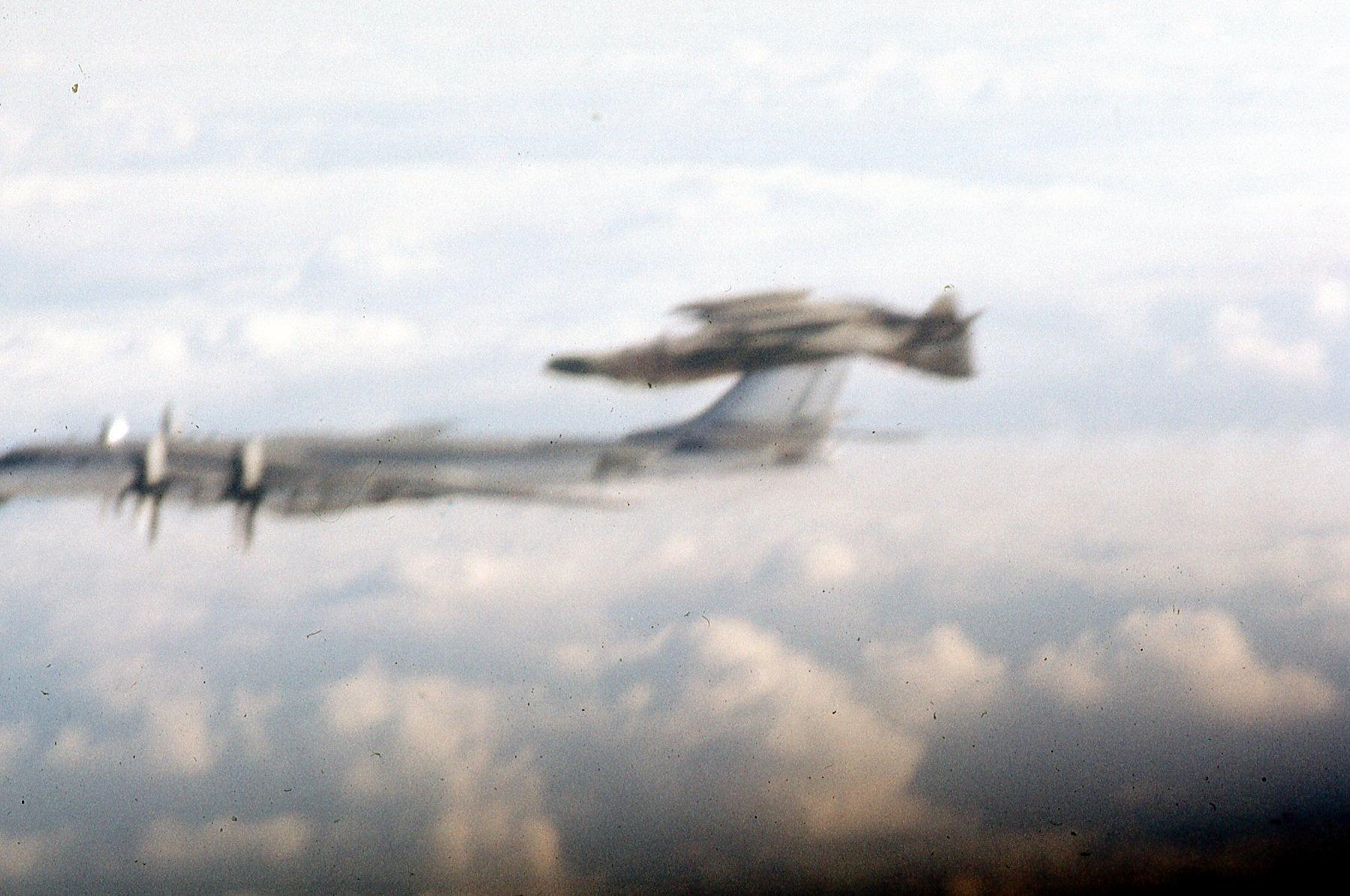 [Imagen: F-4C-Tu-95-barrel-rolls-new-2.jpg]